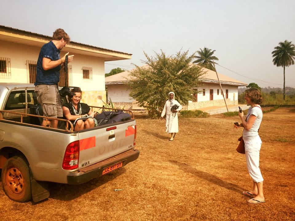 Z wolontariuszami z Holandii w drodze do przychodni.
